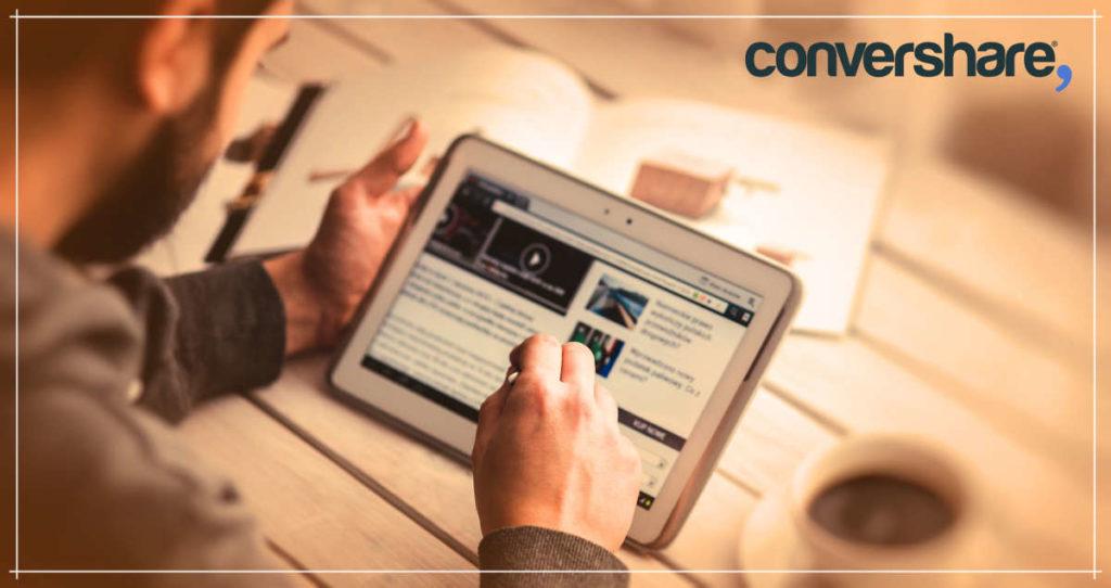 Hombre consulta una eCommerce con una tablet