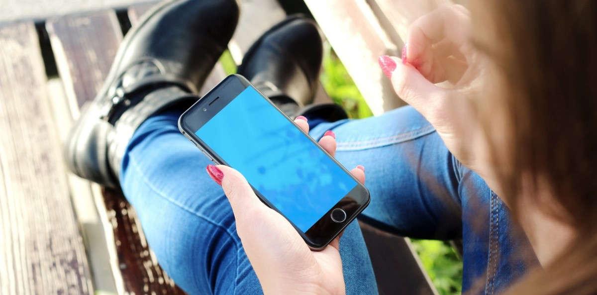 Mujer con un móvil entrando a una eCommerce